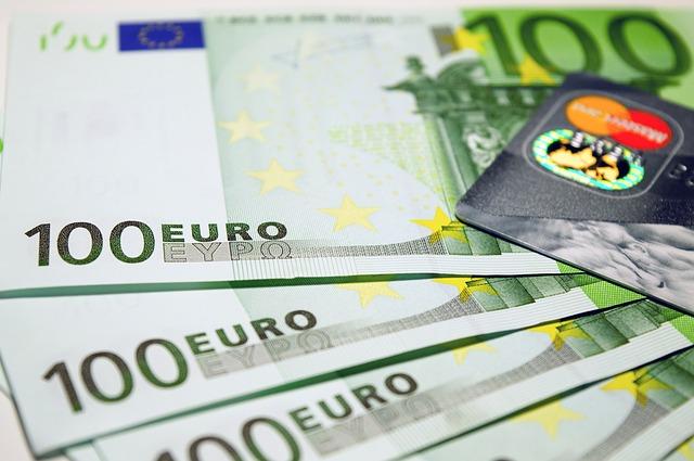 Geldscheine mit Kreditkarte