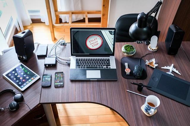 Arbeitststisch mit Laptop und Arbeitsuntensilien